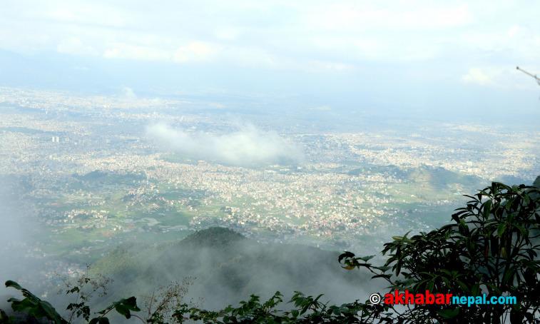 चन्द्रगिरी नगरपालिकास्थित भष्मेश्वर डाँडाबाट देखिएको काठमाडौंको दृश्य । तस्बीरः बहुदलकाजी राई