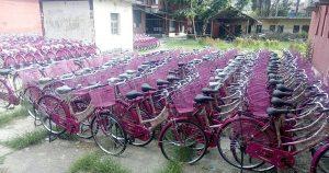 प्रदेश २ सरकारले २० हजार 'बेटी'लाई साइकल बाँड्दै