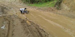 भारतीय निर्माण कम्पनीको चरम लापरबाहीले गर्दा सडक हिँडिनसक्नु
